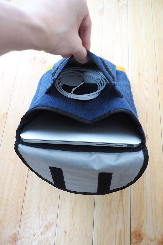 ポケットには MagSafe 2 電源アダプタと Apple Magic Mouse を入れてもまだ少しだけ余裕がある。