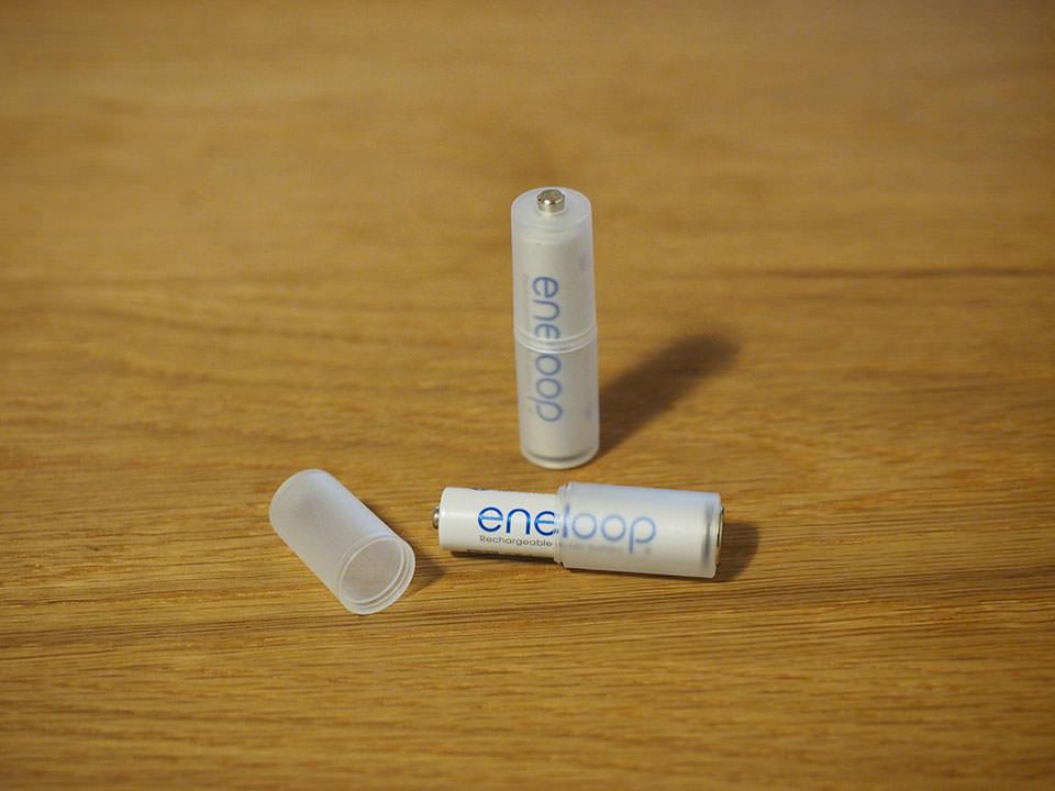 電池スペーサーを2つにポコッと分けて単4電池をスポッと入れる。