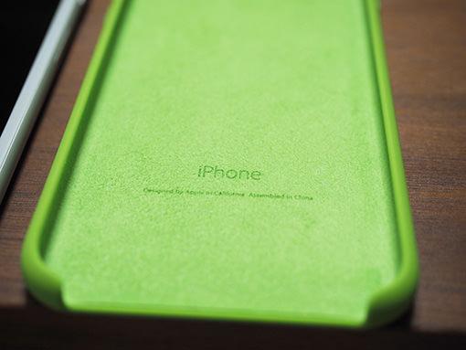 ケースの内側はほんのり起毛になっていてiPhoneにやさしそう。