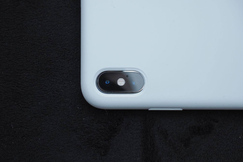 カメラレンズ部分の穴がズレてる。