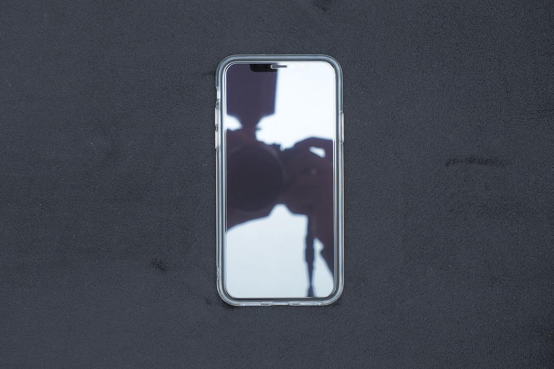 ESRネイキッドをiPhoneXSに装着したところ(前面)