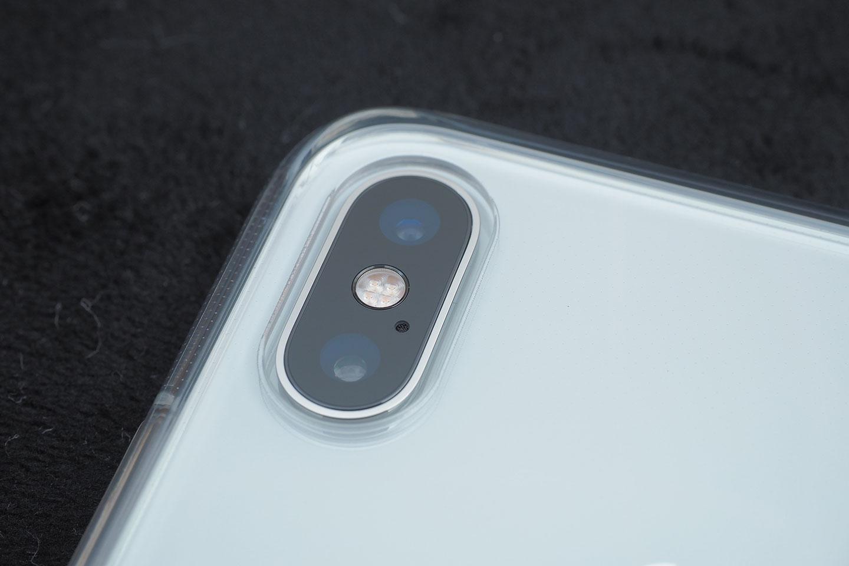 カメラレンズ用の穴は本体側の出っ張りより若干余裕を持ったサイズになっている。