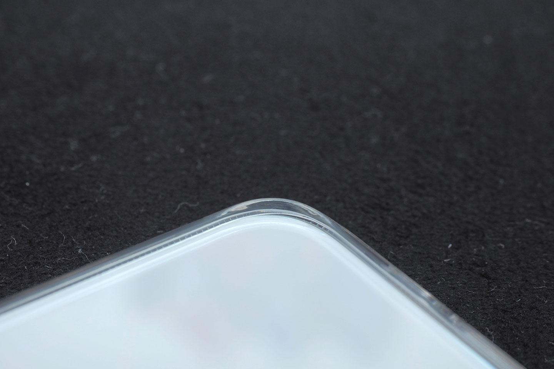 背面の四隅にはほんの少しの出っ張りが作ってあって、背面ガラスの傷を防いでくれる。