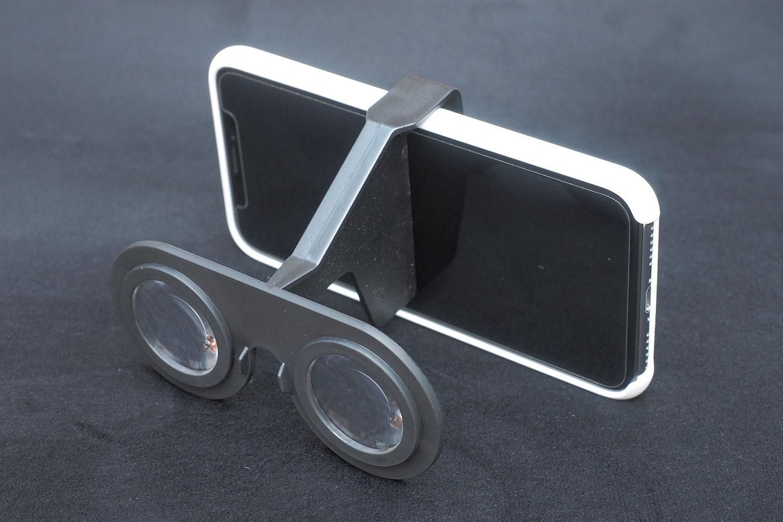 100円ショップダイソーのVRグラス(VRメガネ)iPhoneX(シリコーンケース付き)に取り付けてみた前面。