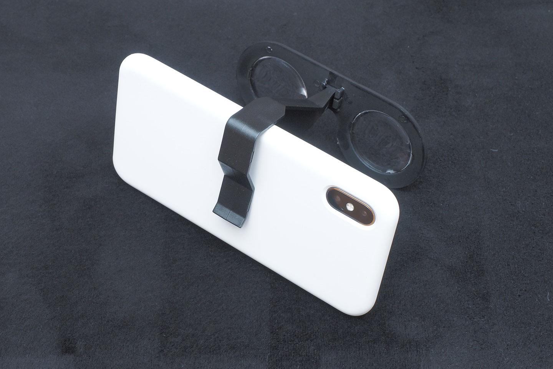 100円ショップダイソーのVRグラス(VRメガネ)iPhoneX(シリコーンケース付き)に取り付けてみた背面。